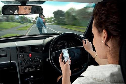 Úc: Bị phạt $1350 và treo bằng lái vì vừa lái xe vừa nghe điện thoại