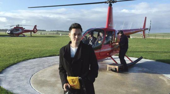 Quang Vinh du ngoạn Australia bằng trực thăng