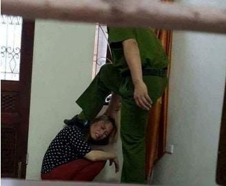 Sự thật đằng sau bức ảnh Phó Công an huyện đấm, đạp một phụ nữ  - Ảnh 1