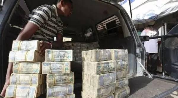 Tiền chất thành đồng, bán thành từng bó, người ta mua cả cân cả yến chứ không phải vài đồng bạc.