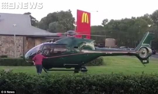 Đáp trực thăng để... lấy thức ăn - Ảnh 1.