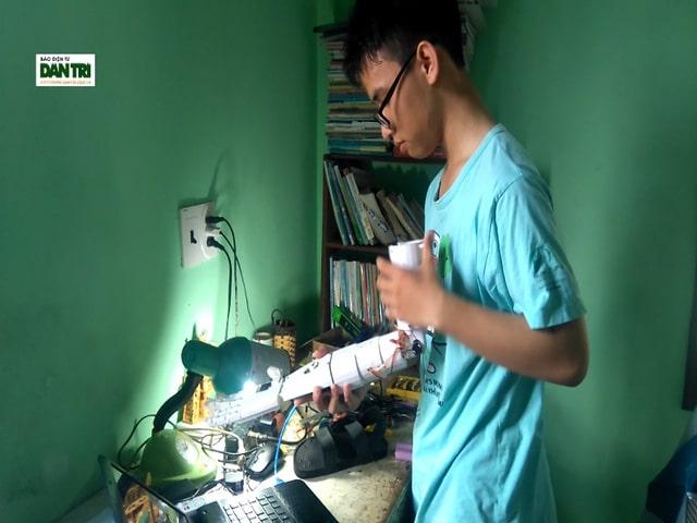 Em Phạm Huy với sản phẩm của mình sẽ lên đường tham gia cuộc thi Khoa học kỹ thuật Quốc tế tại Mỹ