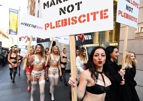 Phụ nữ Úc mặc đồ lót tràn xuống phố biểu tình - 4