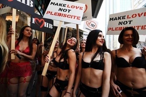 Phụ nữ Úc mặc đồ lót tràn xuống phố biểu tình - 5