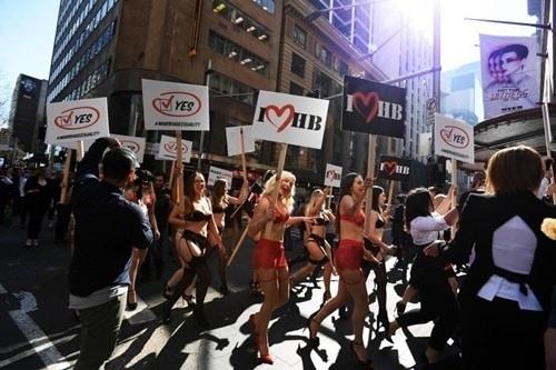 Phụ nữ Úc mặc đồ lót tràn xuống phố biểu tình - 6
