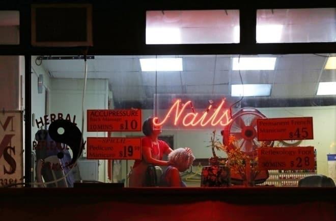 Một cửa tiệm làm móng ở Manhattan, New York. Ảnh: NYT
