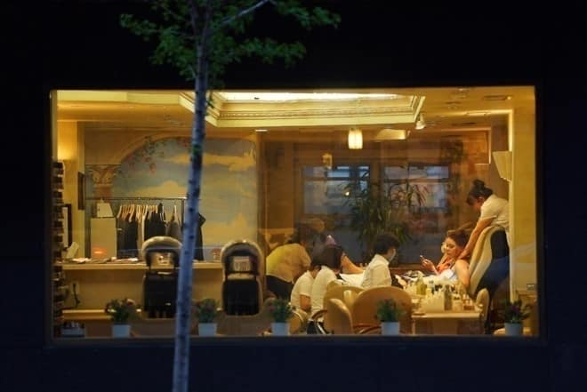 Tiệm làm móng Iris Nails ở New York. Những nhân viên làm việc lâu năm tại cơ sở này cho biết thu nhập của họ chỉ khoảng 30 - 40 USD mỗi ngày. Ảnh: NYT