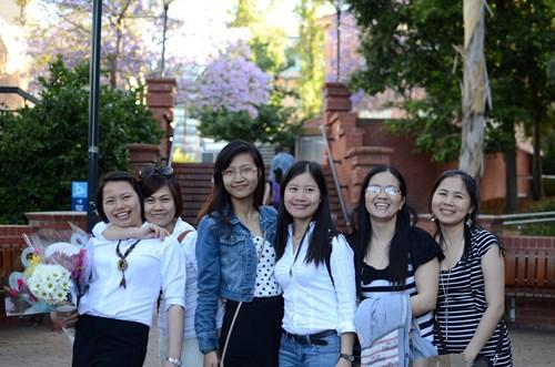 Đào Thị Hằng (đầu tiên từ trái qua) và các bạn trong thời gian học tại Úc