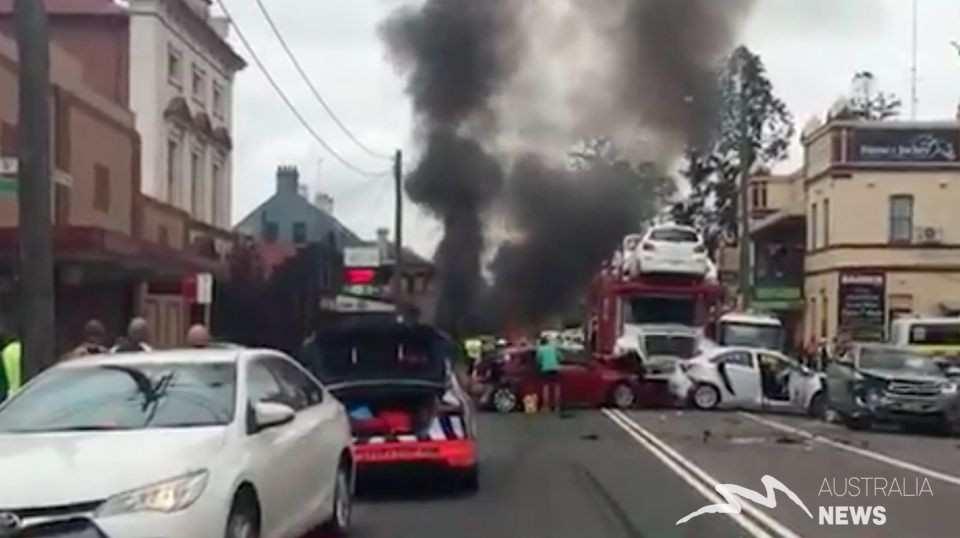 NSW: Xe điên lao xuyên thành phố đâm vào một quán rượu, nhiều người bị thương