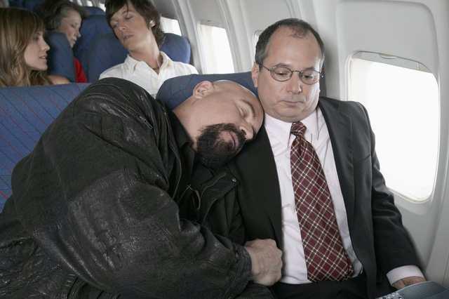 Đối phó các tình huống oái oăm trên máy bay - Ảnh 2.