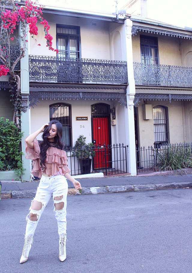 Khánh Huyền (thường gọi là Mia Tran) là du học sinh Việt, Á hậu, blogger làm đẹp nổi tiếng ở nước Úc