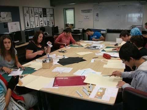 Hình 03: Đây là lớp học Thiết kế đồ họa, mọi người đang cây dựng mẫu thiết kế 3D của riêng mình. Các lớp học ở Úc đều đước trang bị đầy đủ dụng cụ học tập, góp phần nâng cao sự hiểu biết lẫn khả năng thực hành của học sinh.