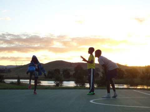 Hình 08: Úc là một đất nước đa văn hóa, người dân rất hòa đồng và tự do. Trong hình là nhừng đứa trẻ gần nhà đang chơi đá banh, mắc dù mặt trời đã bắt đầu lặn.