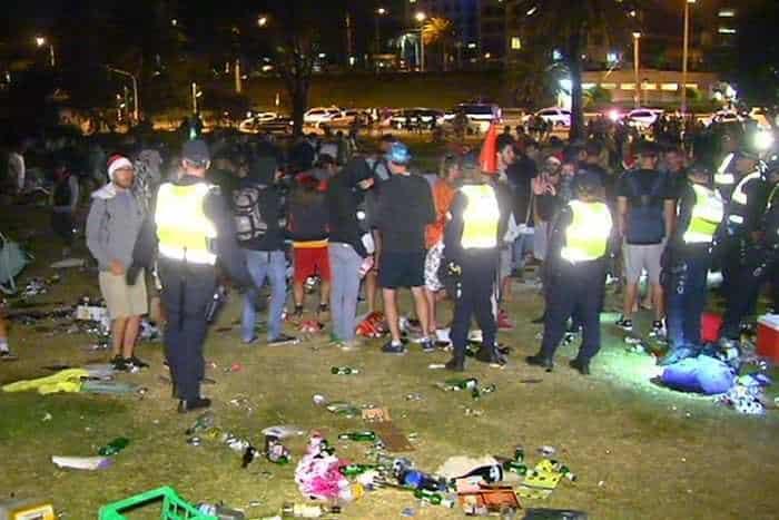 yH5BAEAAAAALAAAAAABAAEAAAIBRAA7 - Cấm rượu bia tại bãi biển St Kilda Melbourne vì 29 tấn rác thải sau lễ hội Giáng Sinh