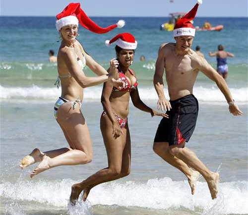 Noel ở Australia, mọi người nô nức đổ ra biển vui chơi, tiệc tùng. Ảnh: AP