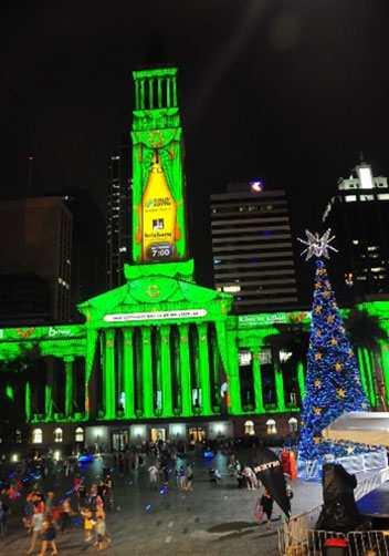 [Caption]Mặt tiền tòa thị chính thành sân khấu của show diễn ánh sáng (Ảnh: Thế Dương