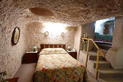 Phòng ngủ dưới lòng đất của cư dân có tên Faye. Ảnh: BI.