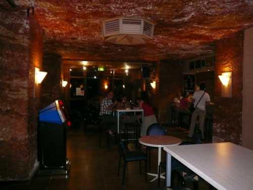 Dưới lòng đất ở thị trấn cũng có một quán bar, nơi người dân và du khách có thể tới nhâm nhi những cốc rượu lạnh vào mỗi tối cuối tuần. Ảnh: BI.
