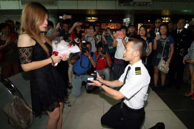 Thấy bạn trai bị cảnh sát bắt ở sân bay, cô gái hoảng hốt không hiểu chuyện gì thì bất ngờ được phi công cầu hôn - Ảnh 3.