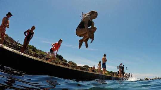 Sydney như lò lửa, dân ùn ùn kéo ra biển - Ảnh 4.