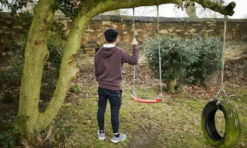 S, một trẻ từng bị buôn bán làm nô lệ trồng cần sa tại Anh, đang đối mặt với việc bị trục xuất về Việt Nam. Ảnh:Guardian.