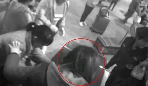 Người phụ nữ bất ngờ leo lên băng chuyền theo sau hành lý của mình - Ảnh: Pear Video