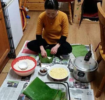 Năm nay chị Kim Anh cũng tự gói bánh chưng bằng lá chuối.