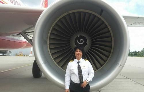 nữ cơ trưởng Anupama Kohli của Air India. Ảnh: AirIndia.