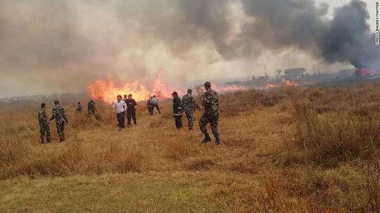 Đang hạ cánh, máy bay rơi xuống bốc cháy, 50 người chết - Ảnh 2.
