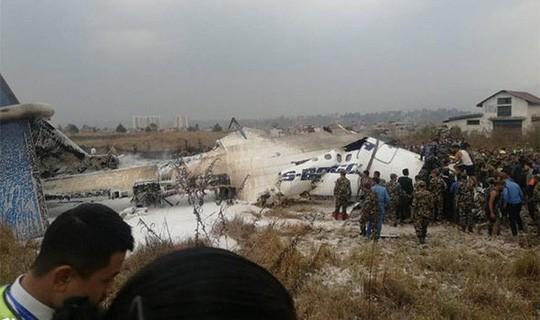 Đang hạ cánh, máy bay rơi xuống bốc cháy, 50 người chết - Ảnh 4.