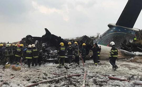 Đang hạ cánh, máy bay rơi xuống bốc cháy, 50 người chết - Ảnh 5.