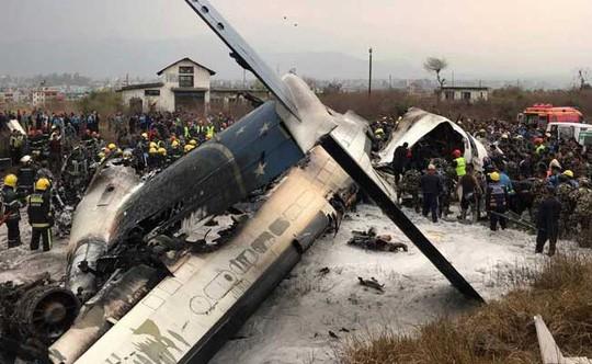 Đang hạ cánh, máy bay rơi xuống bốc cháy, 50 người chết - Ảnh 3.