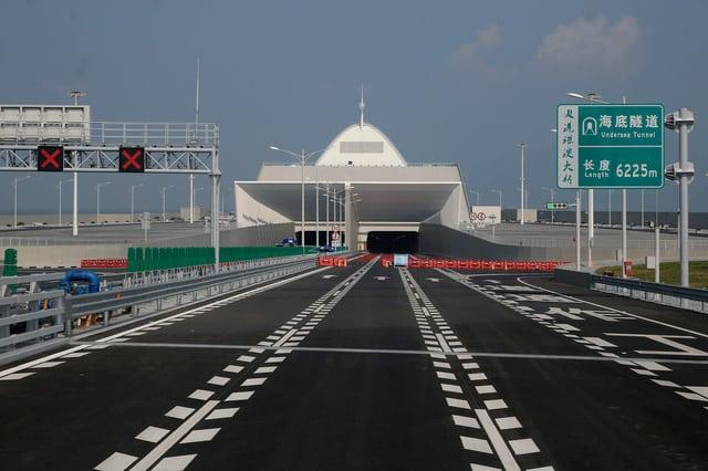 Trung Quốc mở cửa cầu trên biển dài nhất thế giới, nối Hongkong và Macau, dùng đến lượng thép đủ để xây 60 tháp Eiffel - Ảnh 1.