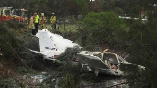 Một chiếc máy bay hạng nhẹ đâm vào một con mương ở khu vực vành đai trong của Sân bay Bankstown, Sydney.Ảnh: Supplied.