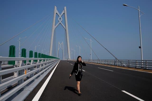 Trung Quốc mở cửa cầu trên biển dài nhất thế giới, nối Hongkong và Macau, dùng đến lượng thép đủ để xây 60 tháp Eiffel - Ảnh 10.