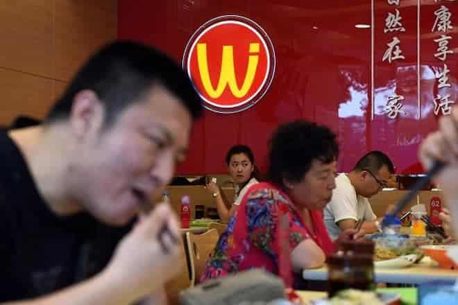 """<b>Nhà hàng """"nhái""""</b><br><br>Từ """"shanzhai"""" - có nghĩa là hàng giả, """"nhái"""" - đã trở nên quá phổ biến ở Trung Quốc đến nỗi, vào năm 2008, một công ty bất động sản đã quyết định mở """"Phố Shanzhai"""" ở Nam Kinh. Khu vực này tập trung hàng loạt cửa hiệu bán lẻ """"nhái"""", bao gồm cả các cửa hiệu ăn uống giả các thương hiệu nổi tiếng như """"Pizza Huh,"""" """"Bucksstar coffee"""" và """"McDnoald's.<br><br>Chuỗi cửa hiệu đồ ăn nhanh Wei Jia Liang Pi ở Bắc Kinh trông cũng rất giống McDonald's, nhưng với logo là một chữ M lộn ngược."""