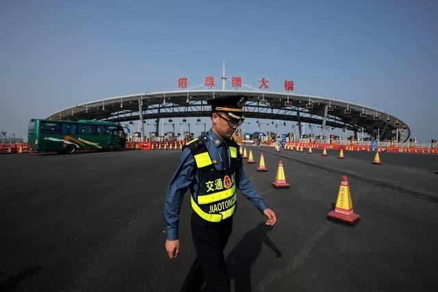 Trung Quốc mở cửa cầu trên biển dài nhất thế giới, nối Hongkong và Macau, dùng đến lượng thép đủ để xây 60 tháp Eiffel - Ảnh 2.