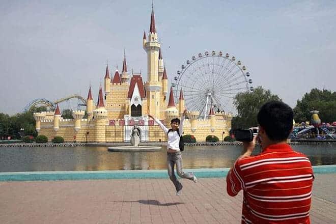 """<b>Công viên Disneyland """"nhái""""</b><br><br>Công viên giải trí Shijingshan ở Bắc Kinh, Trung Quốc được mở cửa vào năm 1986 với khẩu hiệu """"Disneyland ở quá xa"""". Khi tới thăm công viên này, khách cứ ngỡ mình đang bước vào một công viên chủ đề Disneyland thật.<br><br>Năm 2007, Disney đã tiến hành đàm phán với Shijingshan nhằm yêu cầu công viên chấm dứt vi phạm bản quyền. Tuy vậy, thay vì đóng cửa, Shijingshan tiếp tục nâng cấp và mở rộng."""