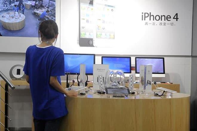 """<b>Cửa hiệu Apple """"nhái""""</b><br><br>Năm 2011, hàng loạt """"cửa hiệu Apple"""" mọc lên ở thành phố Côn Minh, Trung Quốc, trông không khác gì những cửa hiệu bán lẻ chính thức của Apple, từ đồng phục nhân viên cho tới thiế kế nội thất. Sau đó, nhà chức trách Trung Quốc đã vào cuộc và phát hiện 22 cửa hiệu ở Côn Minh sử dụng trái phép nhãn hiệu thương mại Apple. <br>"""