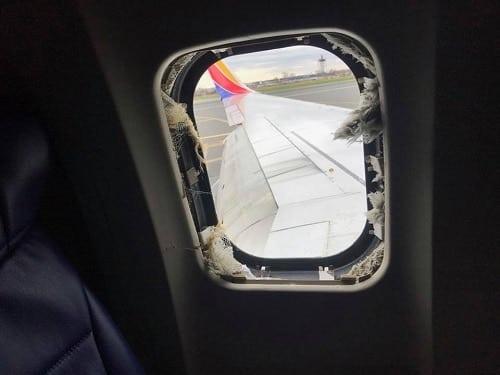 Marty Martinez chụp lại ô cửa kính vỡ cách ghế anh ngồi 3 hàng, nơi nạn nhân xấu số bị hút ra ngoài.Ảnh:Facebook.