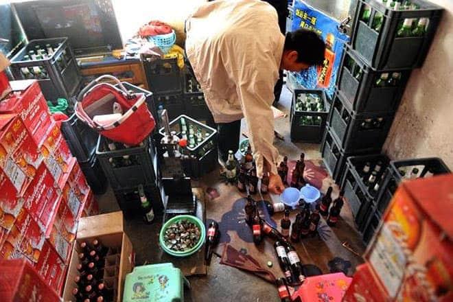 """<b>Rượu """"nhái""""</b><br><br>Rượu cao cấp """"nhái"""" là một trong những xu hướng hàng """"nhái"""" đáng lo ngại nhất ở Trung Quốc. Trong một chiến dịch truy quét vào tháng 11/2014, nhà chức trách Trung Quốc đã phát hiện hơn 100.000 chai rượu giả, """"nhái"""" dán nhãn Johnie Walker, Hennessy, Remy….<br><br>Với những thành phần như nước rửa sơn móng tay, chất tẩy rửa và Methanol, những chai rượu giả, """"nhái"""" này có thể rất độc hại. Người tiêu dùng uống phải có thể bị nôn mửa, chóng mặt, tiêu chảy, thậm chí mù lòa, suy gan thận…"""