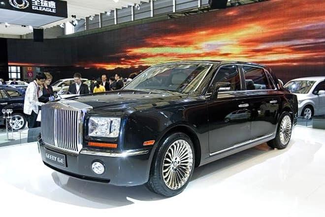 """<b>Xe sang """"nhái""""</b><br><br>Tại triển lãm Ôtô Thượng Hải năm 2009, hãng xe Geely của Trung Quốc trình làng chiếc xe Geely GE. Người tham dự triển lãm đã """"giật mình"""" khi thấy chiếc xe này trông quá giống chiếc Rolls Royce Phantom. Geely GE có giá 44.550 USD, trong khi một chiếc Rolls Royce Phantom có giá 371.260 USD.<br><br>Tương tự, năm ngoái, hai hãng xe Trung Quốc là Changan Auto và Jiangling Motors Corporations """"bắt tay"""" sản xuất chiếc LandWind X7 (giá 20.700 USD) trông cực giống chiếc Range Rover Evoque (giá từ 59.000 USD) của hãng Jaguar Land Rover."""