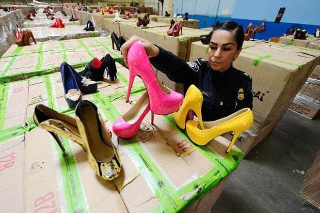 """<b>Giày cao gót """"nhái"""" hiệu Christian Louboutin</b><br><br>Tháng 7/2012, hải quan Mỹ bắt giữ một số lô hàng từ Trung Quốc chứa hơn 20.400 đôi giày Christian Louboutin """"nhái"""". Lô hàng này trị giá 57.490 USD, nhưng nếu bán lẻ có thể sẽ mang về 18 triệu USD."""