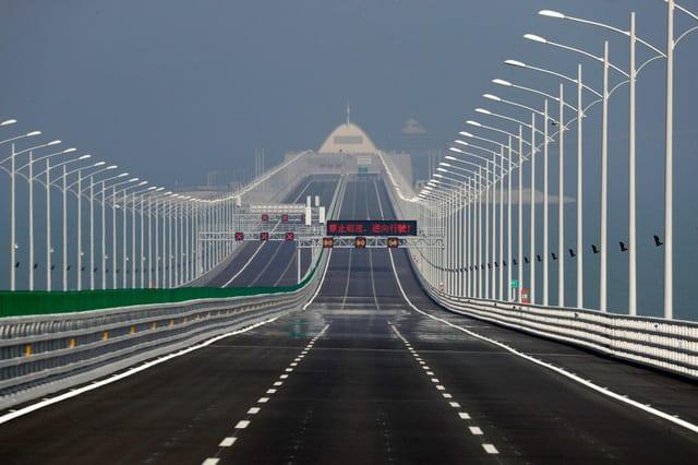 Trung Quốc mở cửa cầu trên biển dài nhất thế giới, nối Hongkong và Macau, dùng đến lượng thép đủ để xây 60 tháp Eiffel - Ảnh 8.