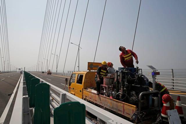 Trung Quốc mở cửa cầu trên biển dài nhất thế giới, nối Hongkong và Macau, dùng đến lượng thép đủ để xây 60 tháp Eiffel - Ảnh 9.