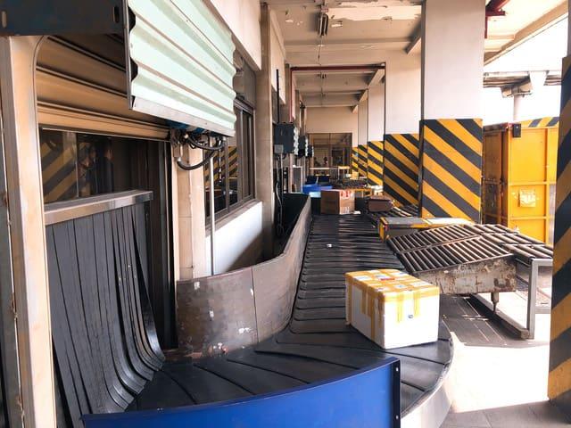 Nhân viên sân bay Tân Sơn Nhất trộm hành lý của khách - Ảnh 1.