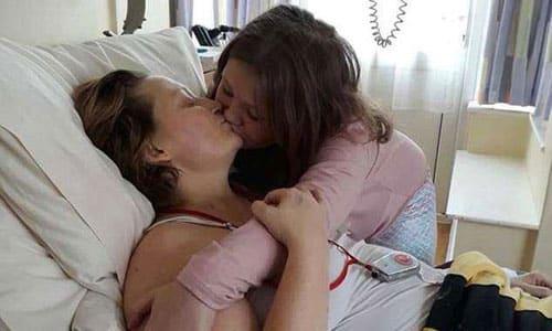 Nụ hôn cuối cùng của người mẹ ung thư và con gái. Ảnh: Mirror.