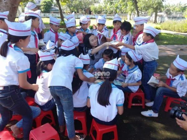 Linh tham gia chia sẻ với các bạn nhỏ ở Hà Tĩnh, hoạt động trong Dự án Sách hóa nông thôn.