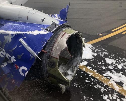 Động cơ của chiếc Boeing 737-700 sau khi hạ cánh khẩn cấp. Ảnh: Twitter.