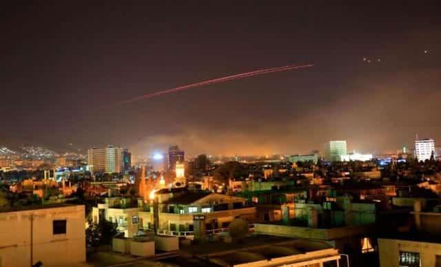 Những vệt sáng trên bầu trời Damascus (Ảnh: AP)